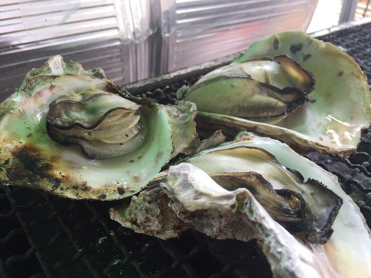 焼いた細島岩ガキは、その場で味わうことができる
