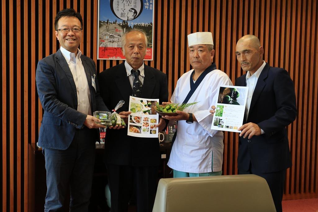 読谷山・延岡市長にくまの香酢を贈呈する生産者