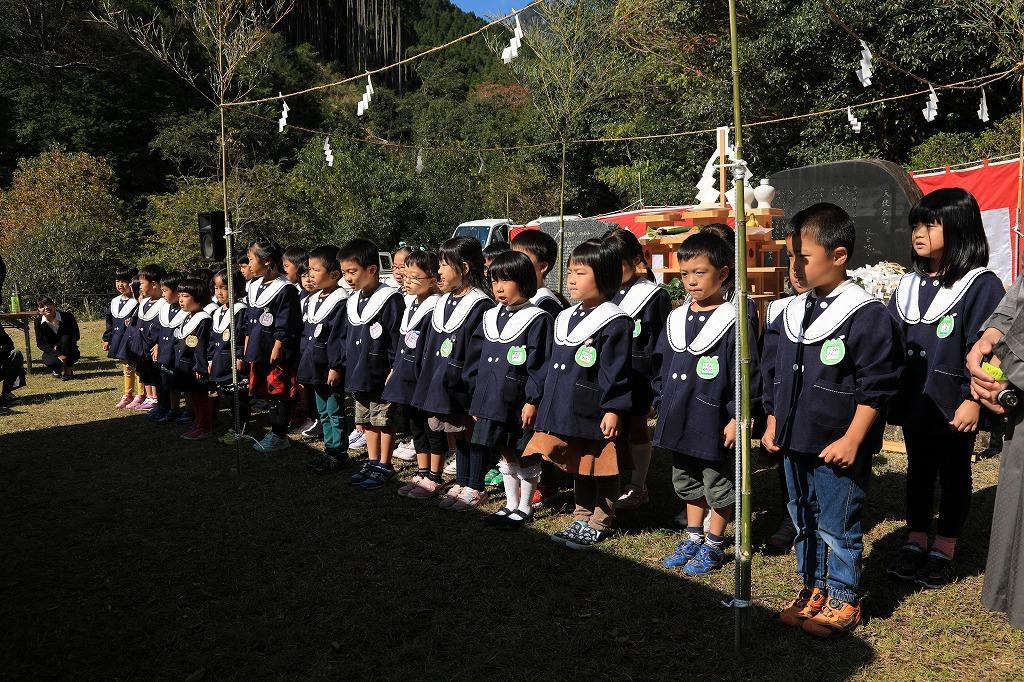 「天使たち」を献句する東海幼稚園園児