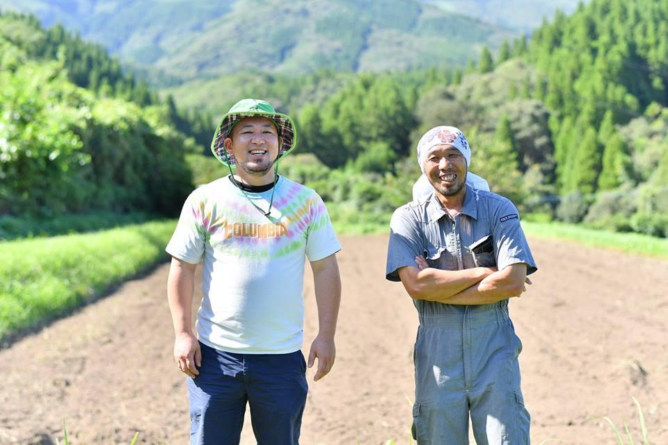 代表の林さん(左)とイラカブやキンカンなどの生産を行う農家・黒木竜太さん