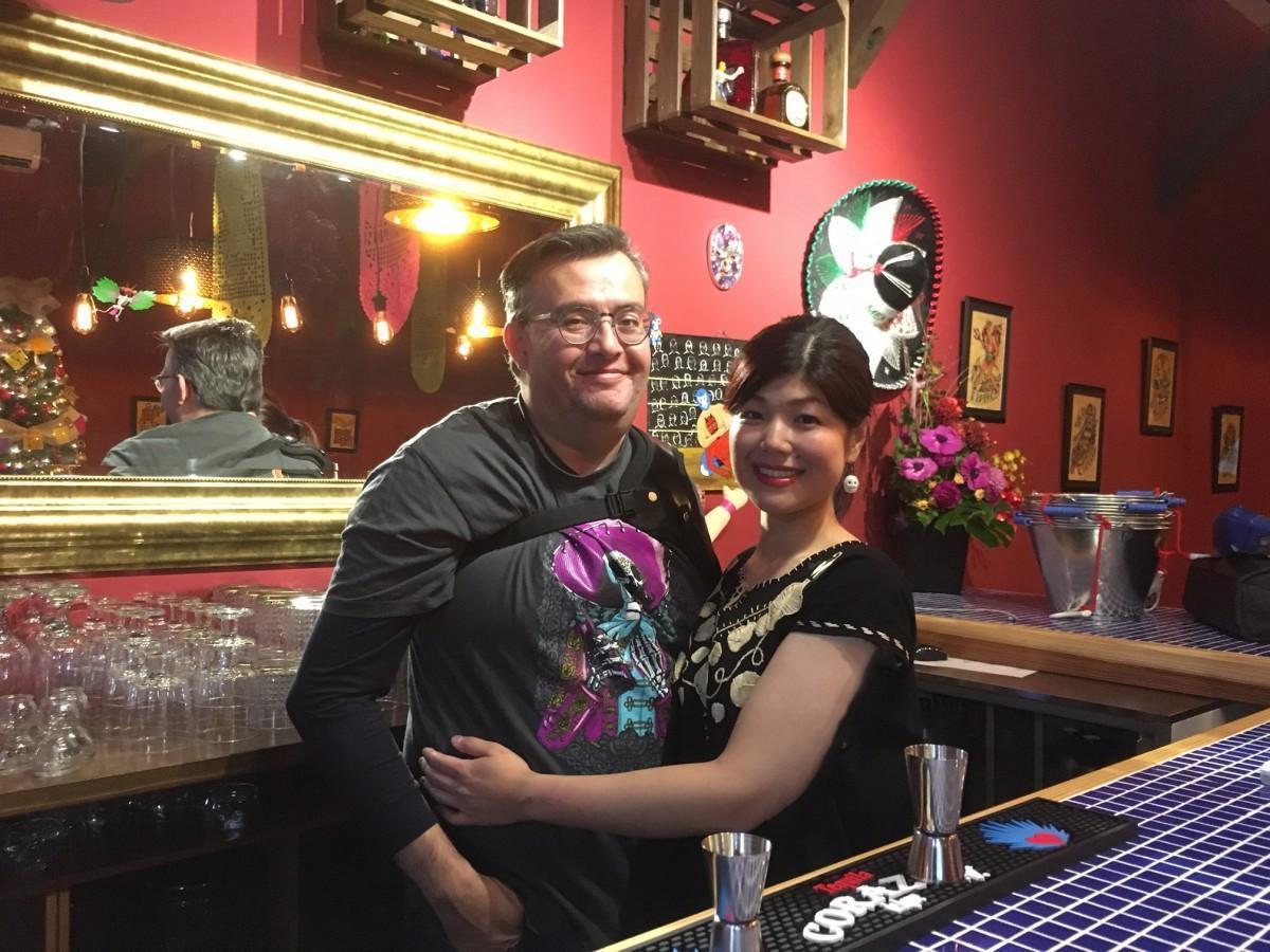 店主のスアレス・ラウルさん(左)と美穂さん
