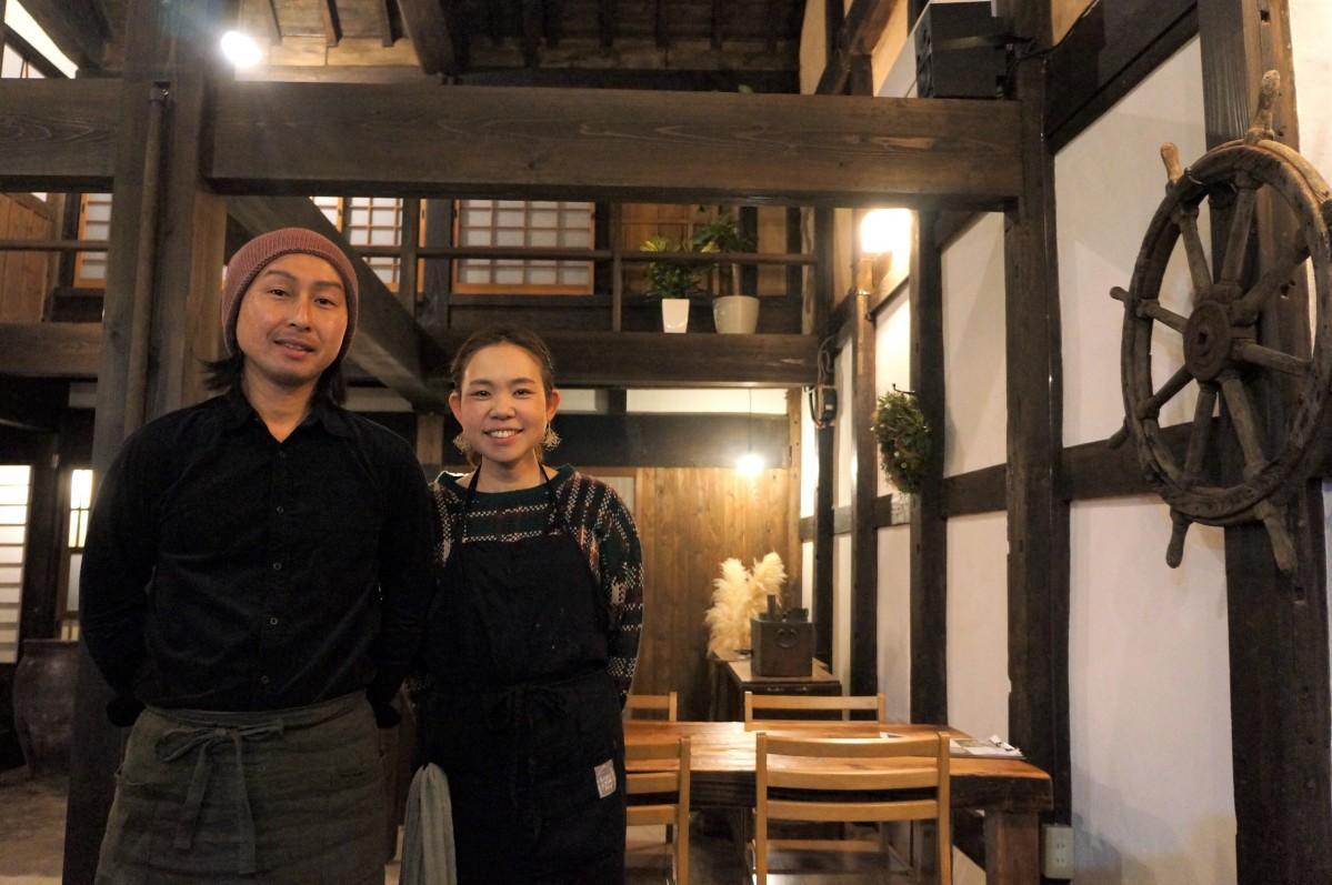 店主の金丸文武さん(左)と妻の奈緒さん