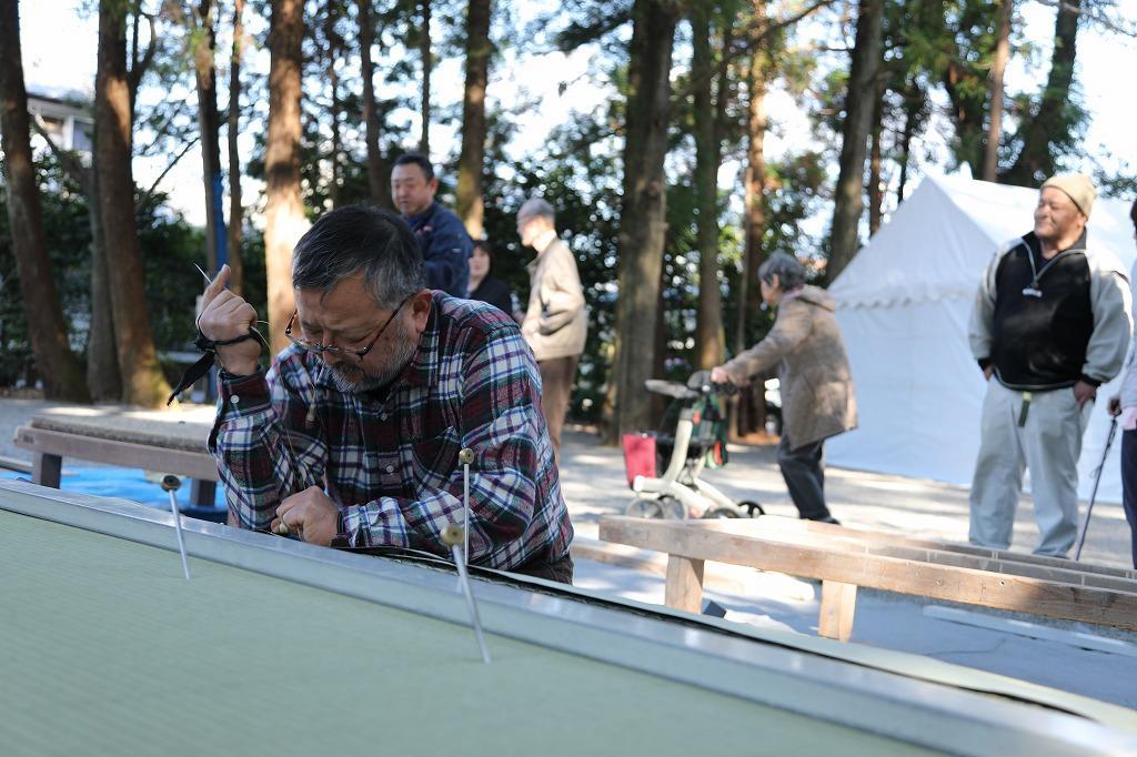 畳表の張り替え作業に取り組む畳工業組合理事長の松山さん