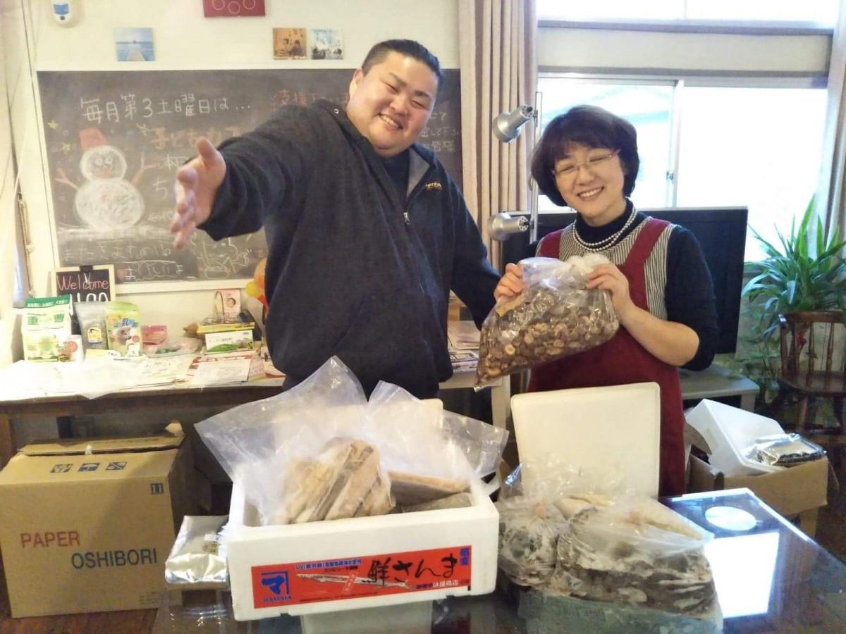 チョウザメの提供者、鈴木宏明さん(左)と堀千鶴さん