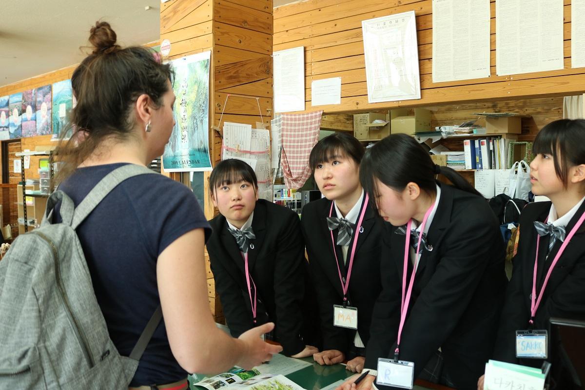 観光客に案内をする高千穂高校の生徒