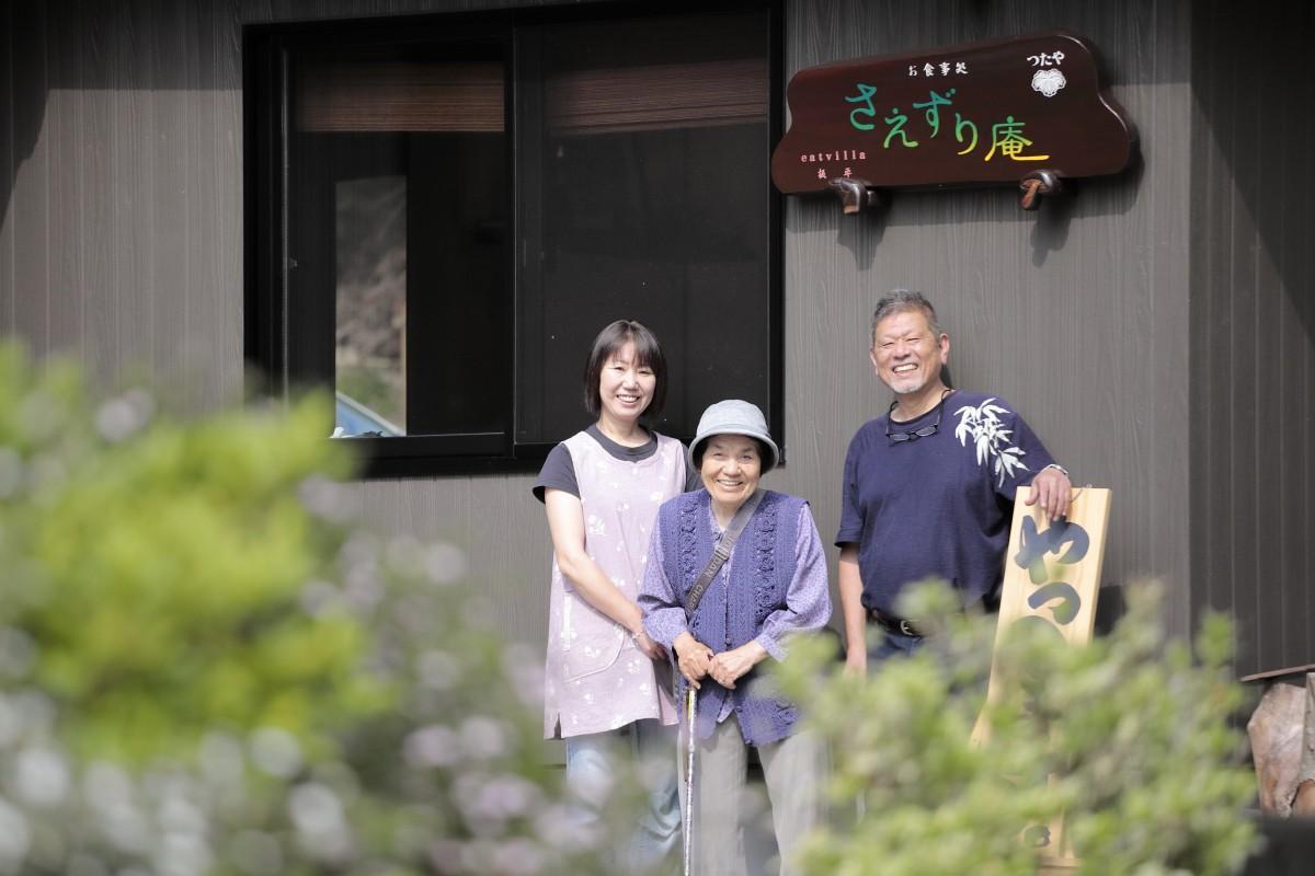 (左から)おかみの反田ひろみさん、ひろみさんの母・タエ子さん、店主の反田慎吾さん