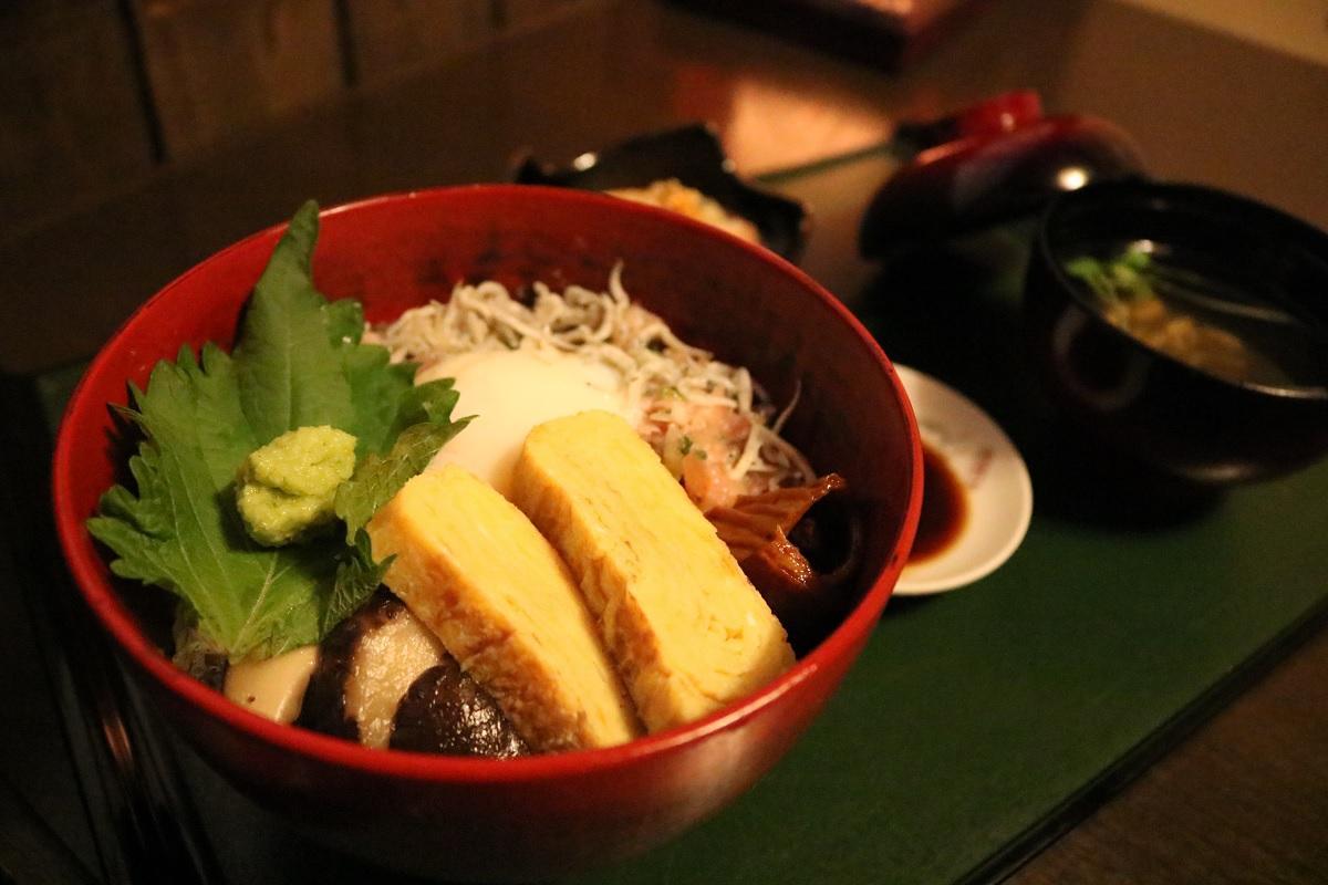 食事処「季里居」の「令和祝丼」