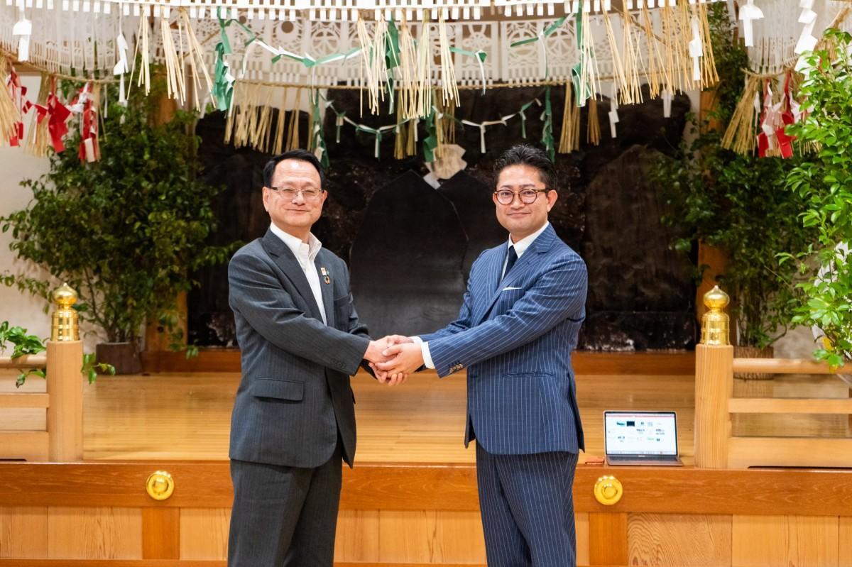 高千穂町観光協会の佐藤哲章会長(左)と文宣の濱元社長