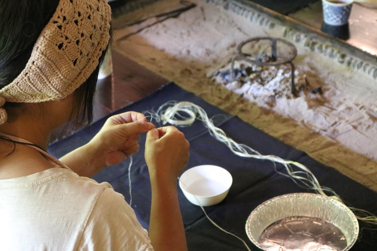 細く裂いた麻の繊維を糸にしていく様子