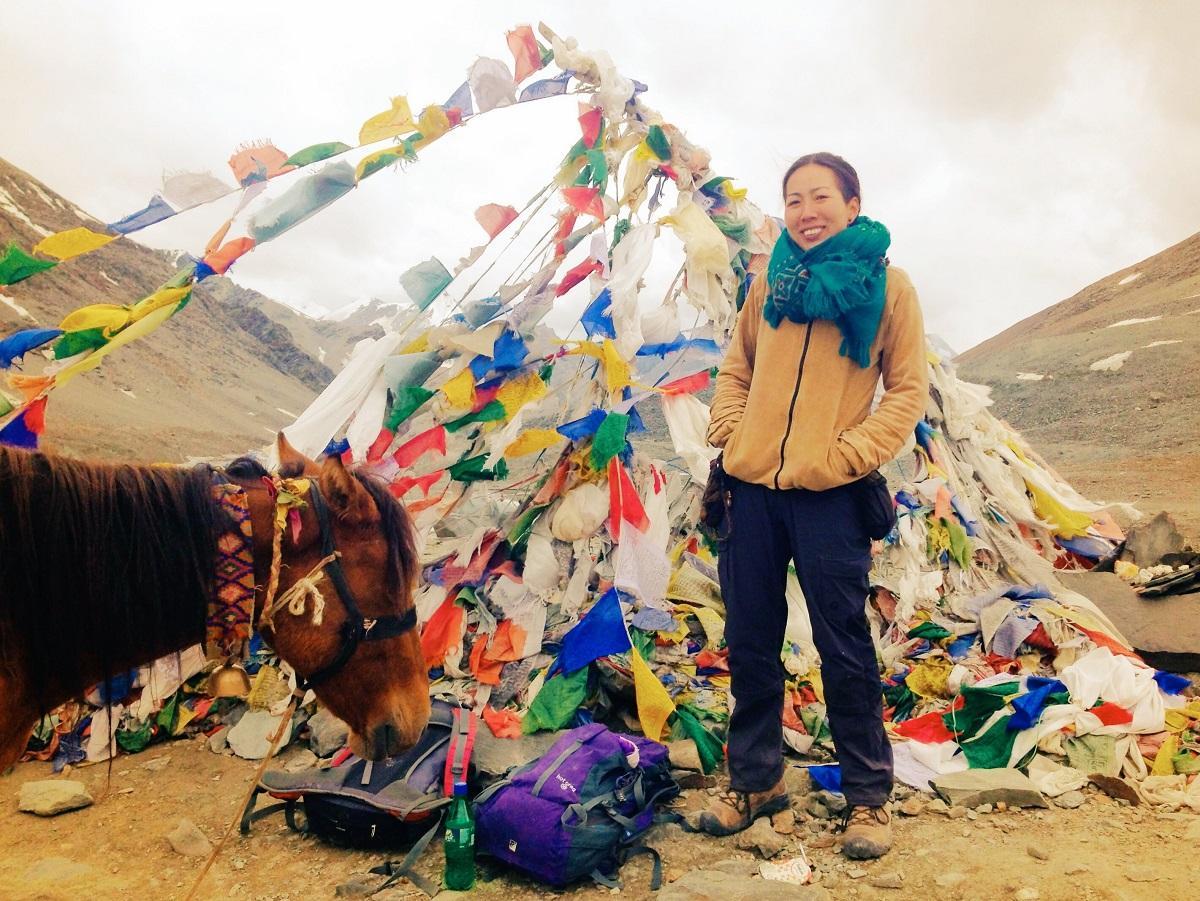 旅する坂田ミギーさん。写真はヒマラヤをトレッキング中の山越えの様子