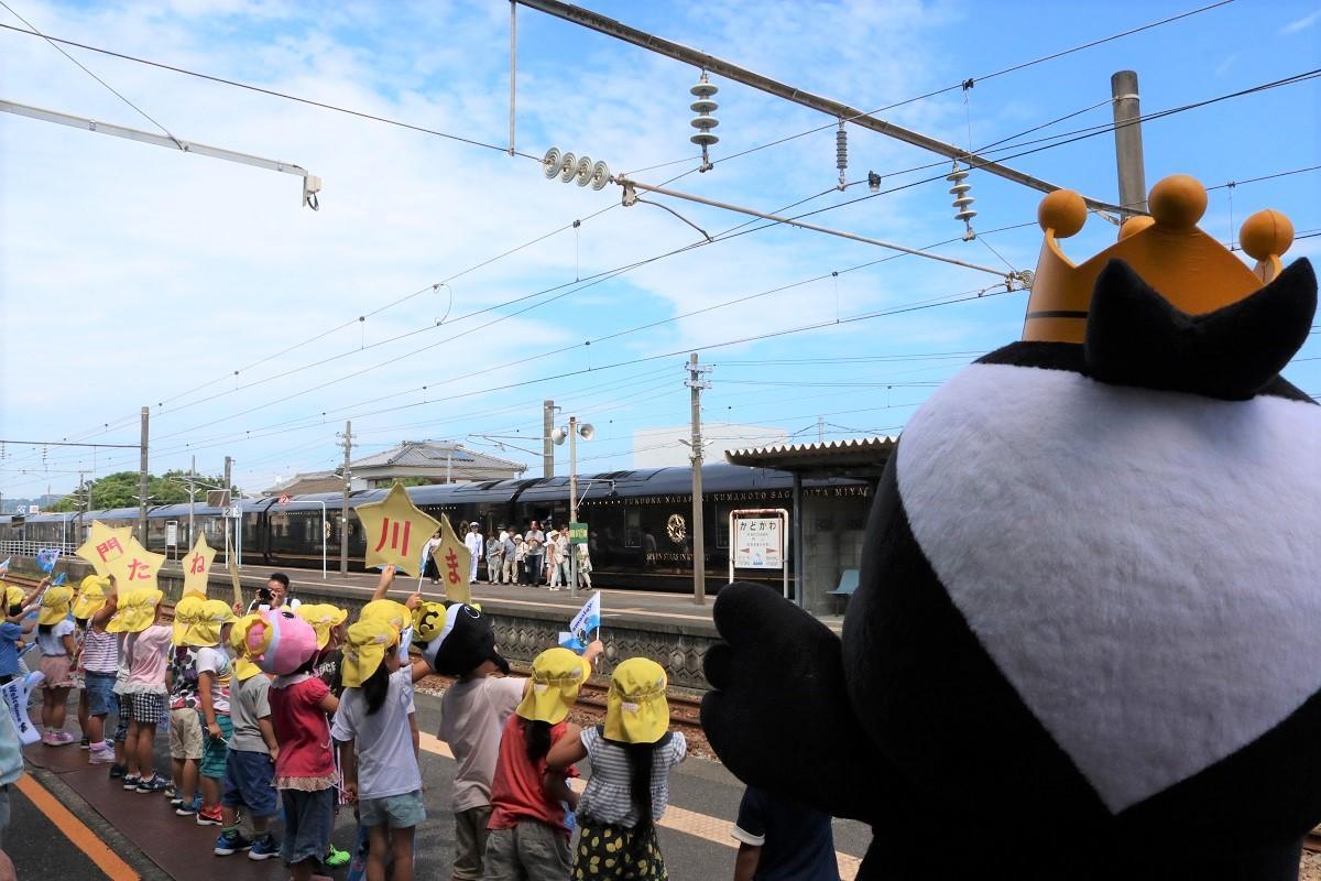 門川駅に町内の園児らが出迎えた