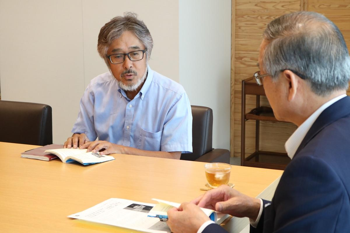 十屋幸平日向市長に自著「THE BOKUSUI」を説明する寺原正喜さん