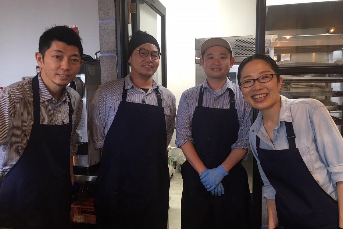 店主、古澤さん(左)など「アッカピゥ」のスタッフ