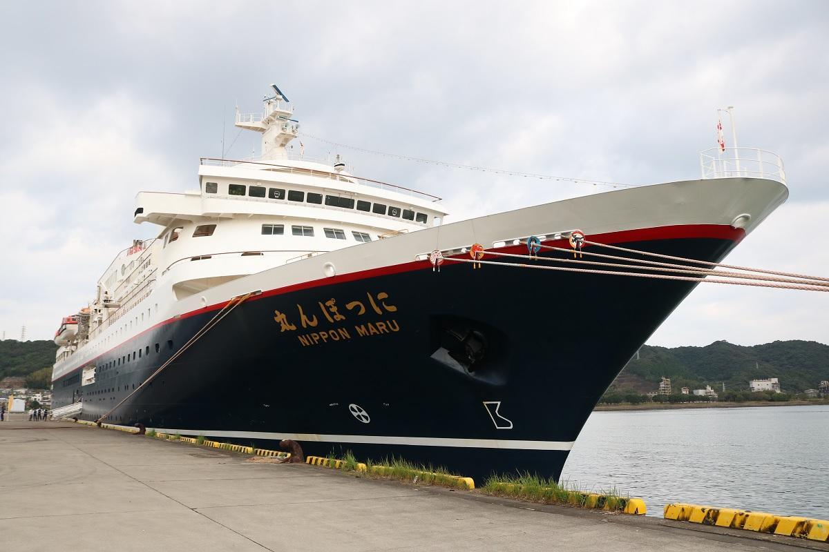 細島港に入港したクルーズ船「にっぽん丸」
