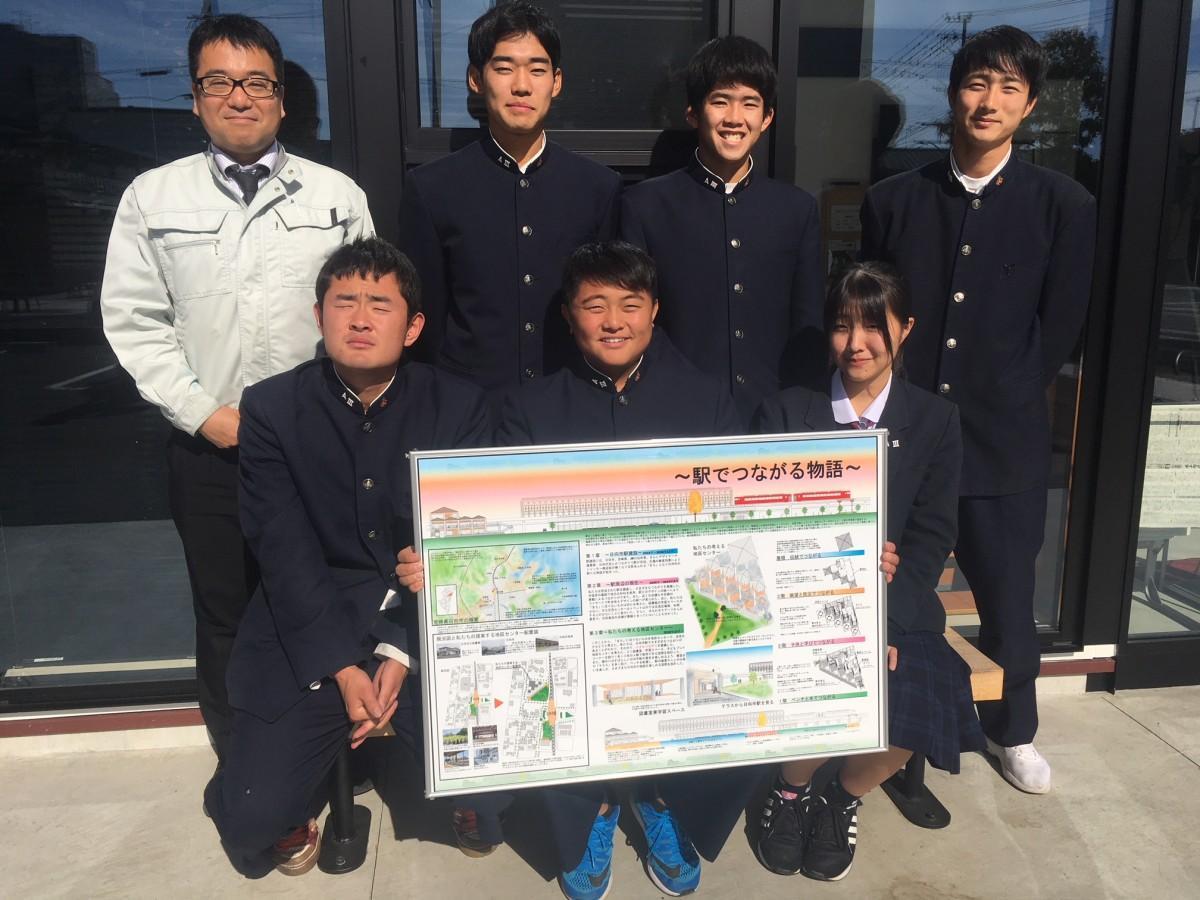 研究発表をする日向工建築科3年のメンバーと担当教諭の坂本譲司さん(後列左)