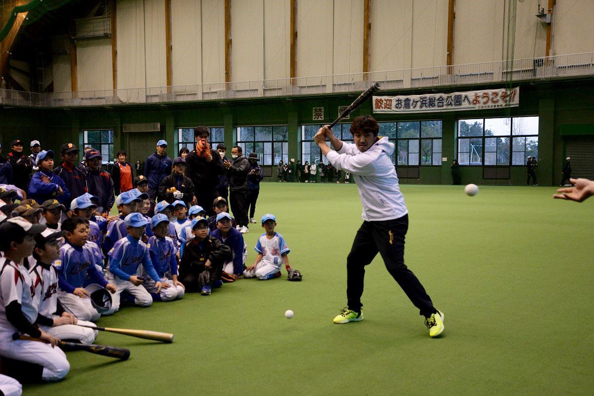 児童らの前で内川選手がバッティングを披露