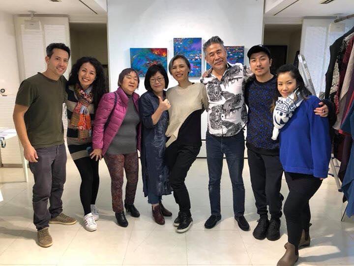 出展者とその仲間たち。日向での開催は郁子KUNZさん(左から4番目)がきっかけになった