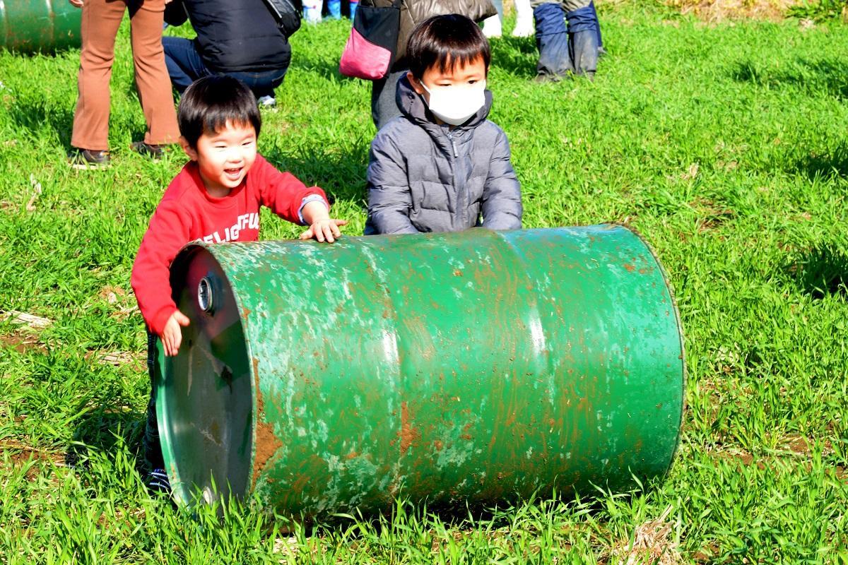 ドラム缶を使って麦踏みをする子どもたちも