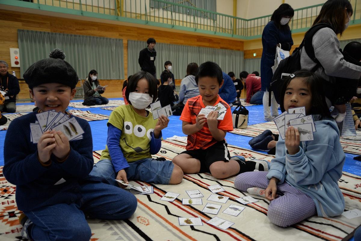 魚好きの児童が集まったかるた大会