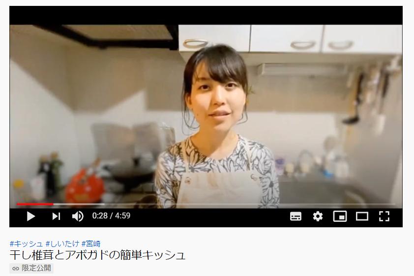 動画「Kuni's kitchen」でレシピを説明する小仲さん