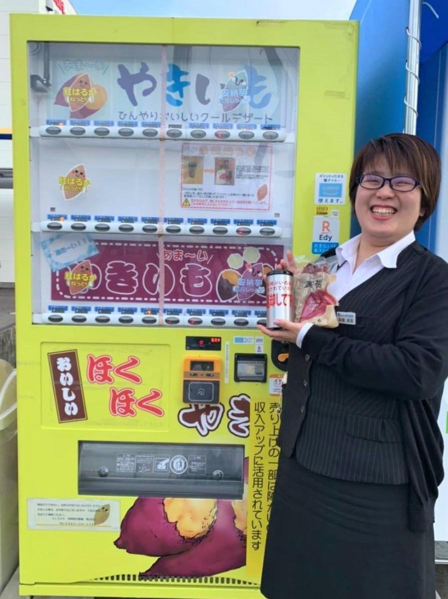 「夏芋を味わって」と笑顔を見せる和光産業の高槻さん