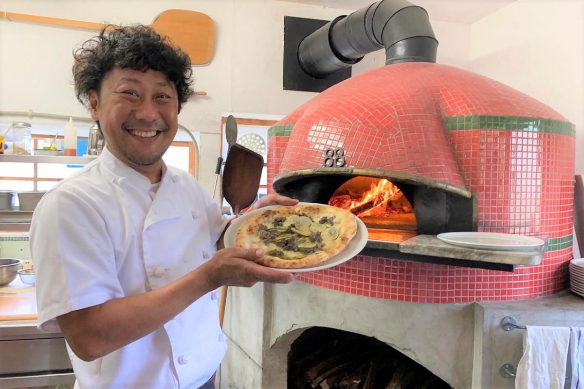 笑顔を見せる店主の杉本寛之さん