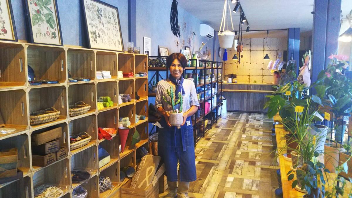 植物を見ながらコーヒーでリラックスできる園芸店