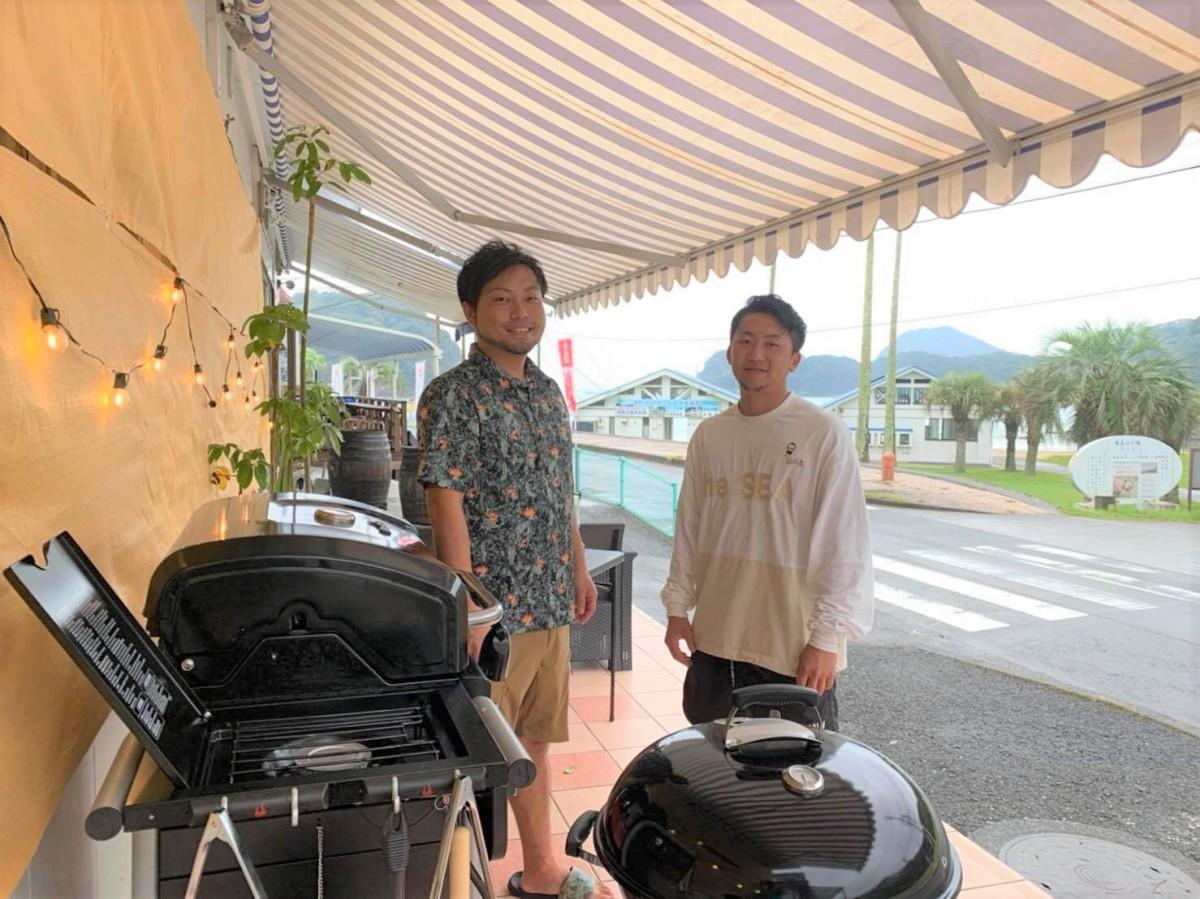 店主の甲斐達雄さん(左)とスタッフの江口航平さん