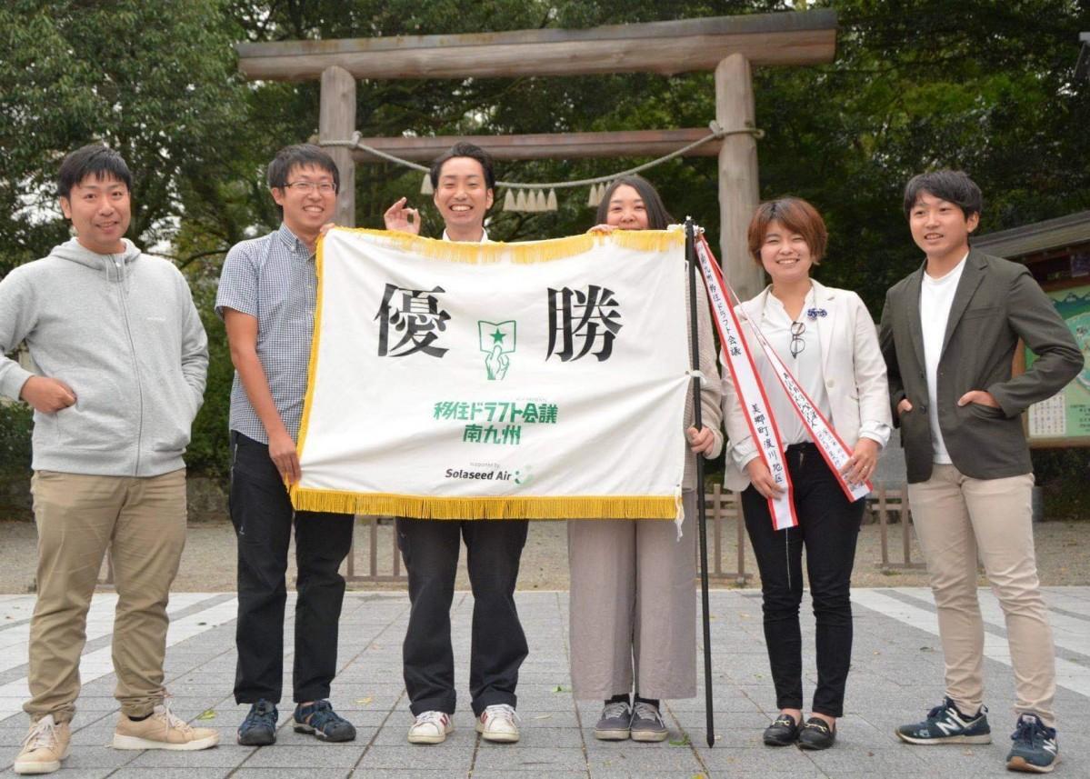 高千穂町の天岩戸神社で優勝祈願をした「西臼杵軍フォレストピアーズ」の6人