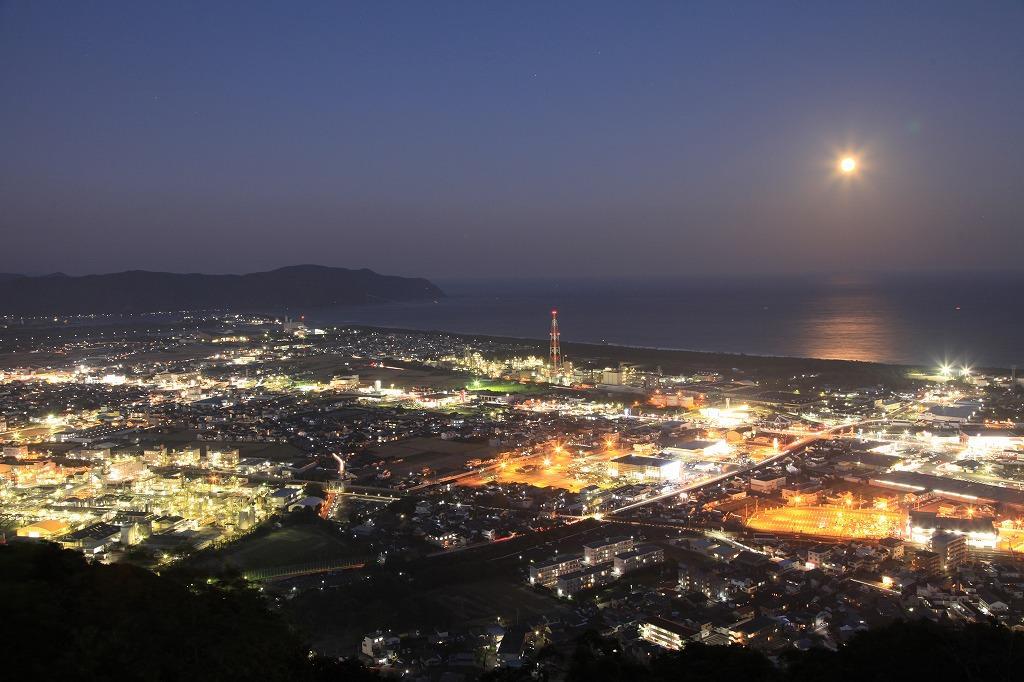 愛宕山展望台から望む月