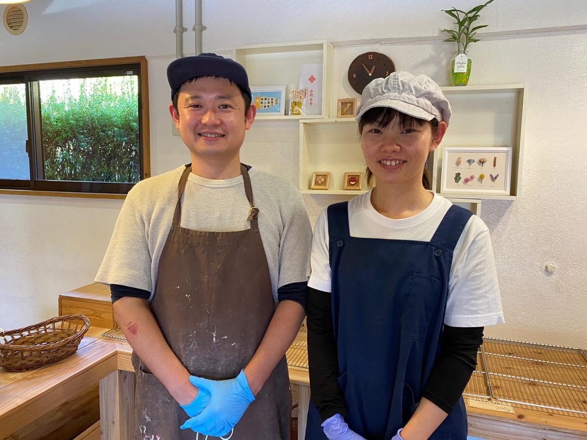 店主の岩佐遼太郎さん(左)と妻の千香子さん