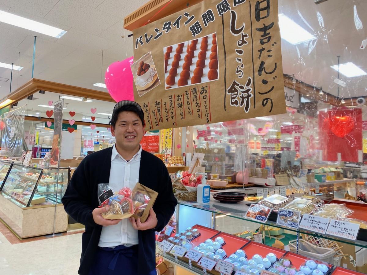 「日吉だんご」イオン日向店で、笑顔を見せる日吉雅紀さん