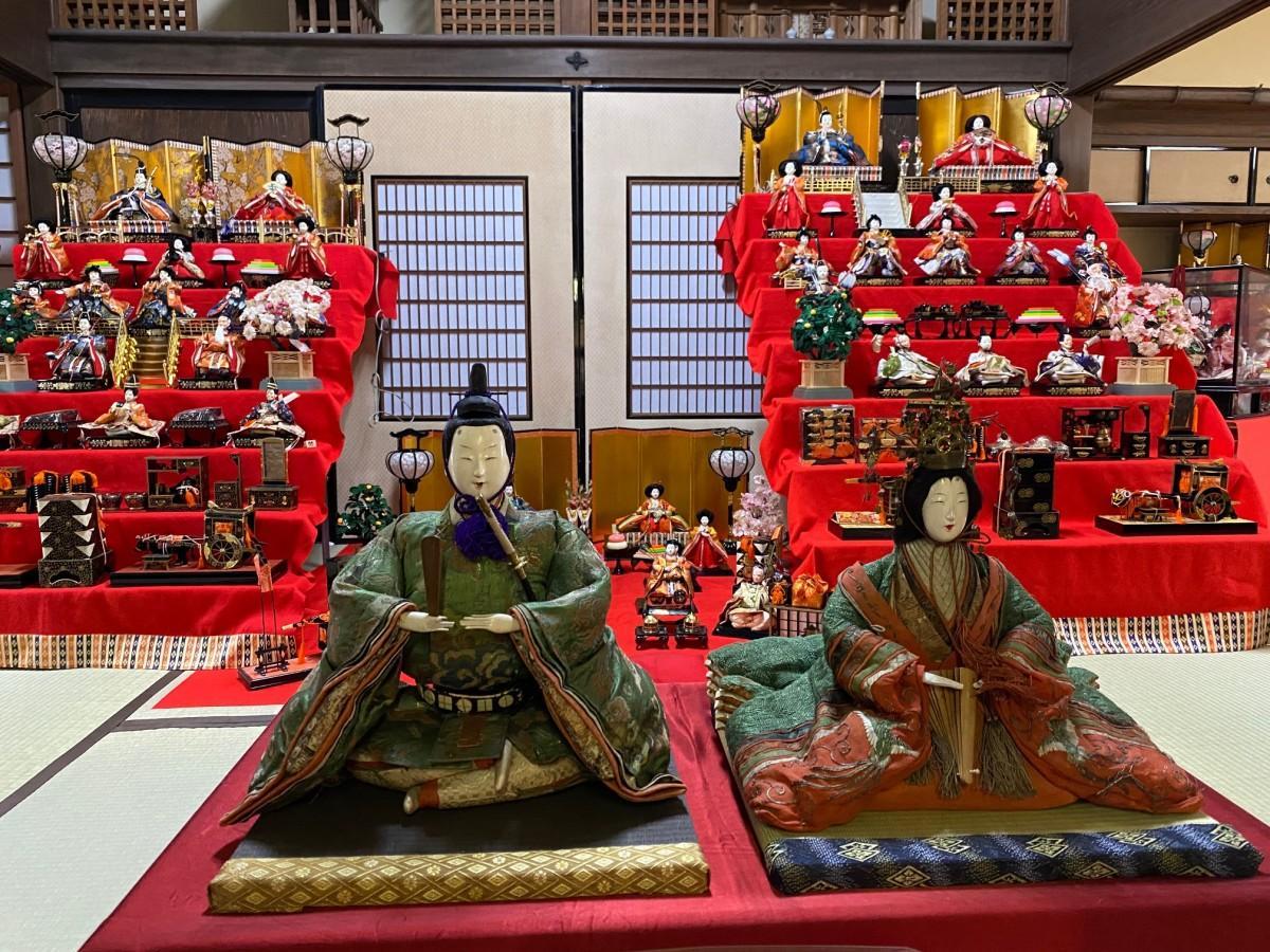 歴史民俗資料館には江戸時代のひな人形も(手前)