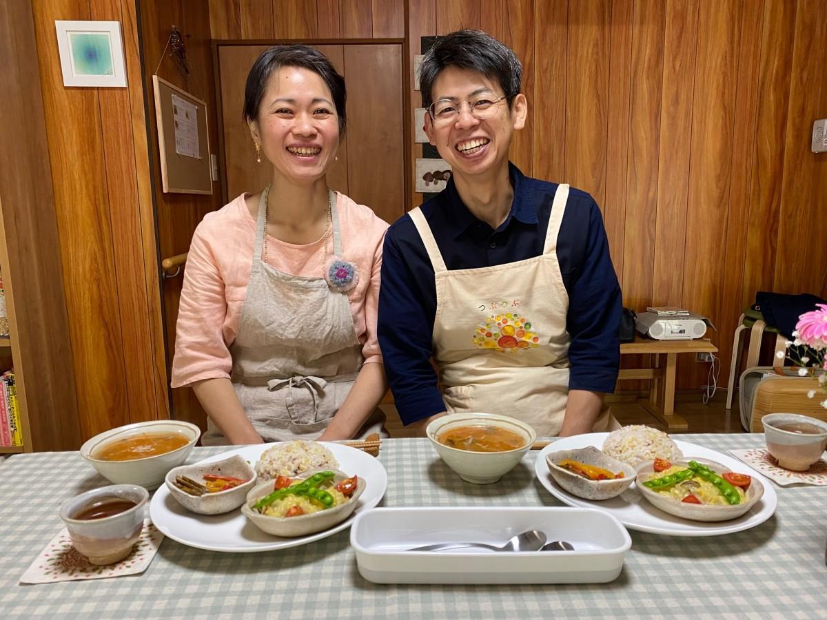 (左から)つぶつぶ料理教室認定講師の舩津沙弥香さんと宏さん