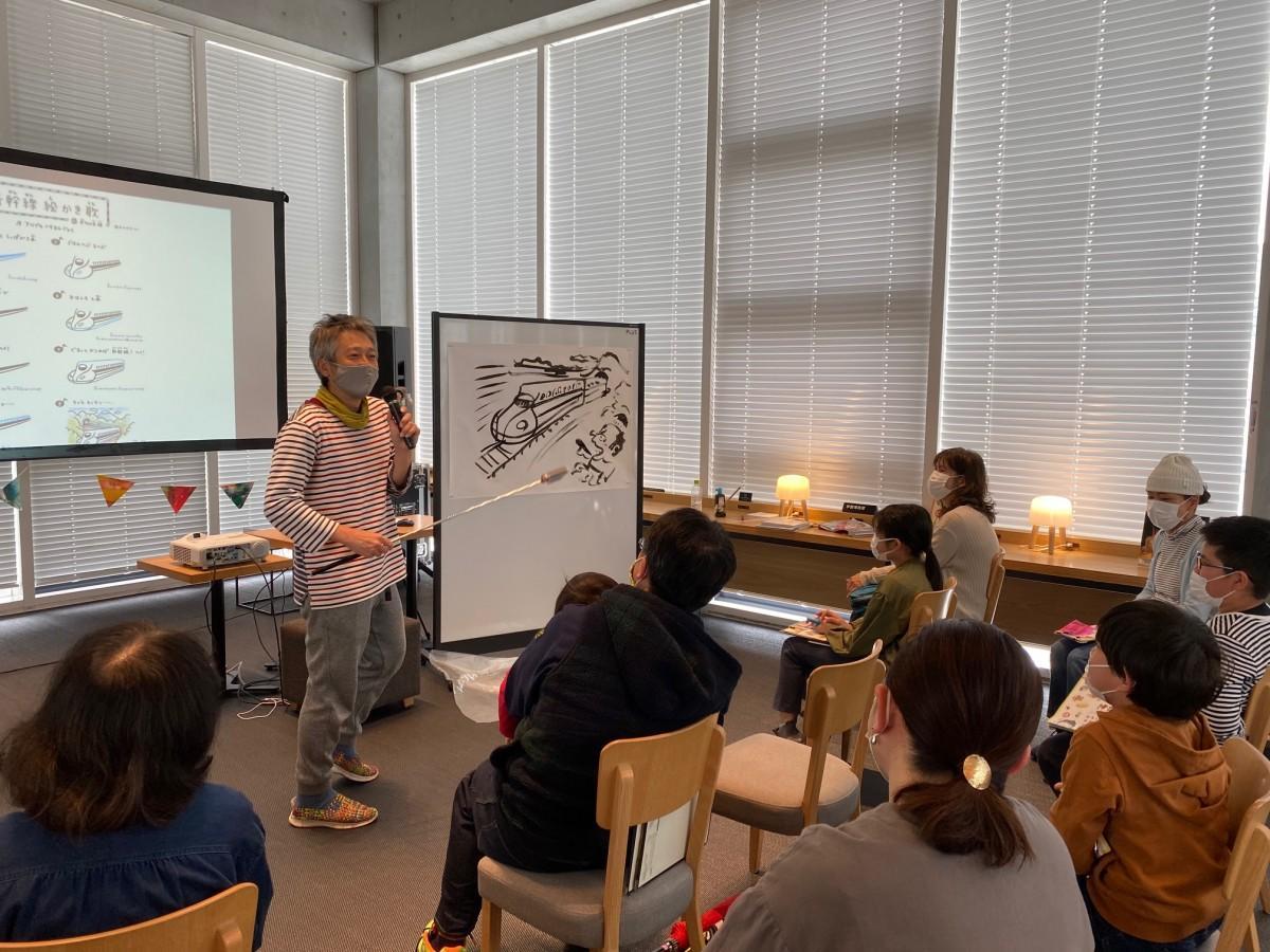 「新幹線絵かき歌」を披露し、その場で絵を描く鈴木のりたけさん