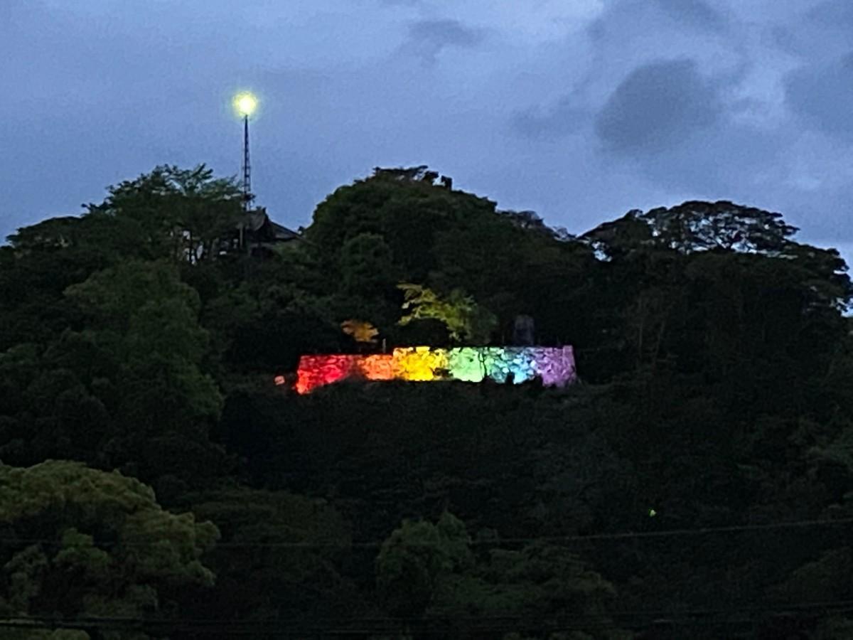 「レインボーフラッグ」を構成する6色で彩られた城山公園三階櫓台の石垣