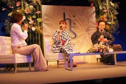 写真=オープニングレセプションに登場した山口智子さん。トークショーの様子。 ©株式会社オズマピーアール