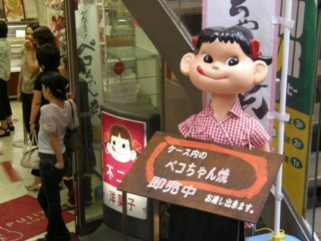 写真=不二家、飯田橋神楽坂店のペコちゃん。