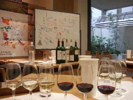 写真=「出版美術アカデミー」で開催されるワインセミナーの様子