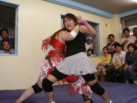 「市谷アイスボックス」での試合の様子。リングデビューを決めた現役アイドルの桃瀬麻美さん。