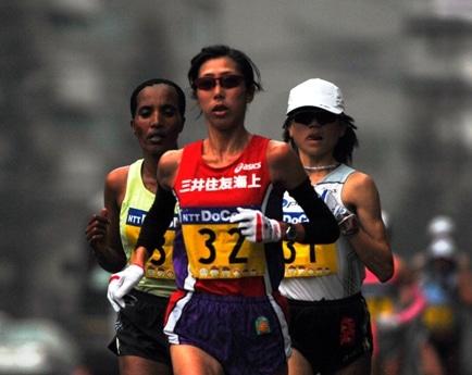 昨年優勝を飾った土佐礼子選手(中)はすでに北京五輪の内定を決めている。(写真=昨年のレースの様子)