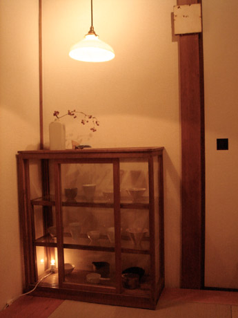事務所の1室をカフェスペースにした「日本茶 茜や」。好みの器で煎茶を味わう。