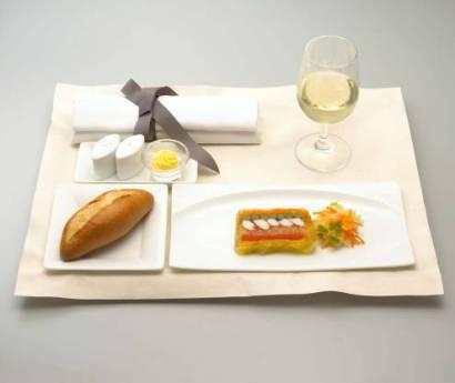 夕食帯限定で提供されるファーストクラスの機内食(イメージ)