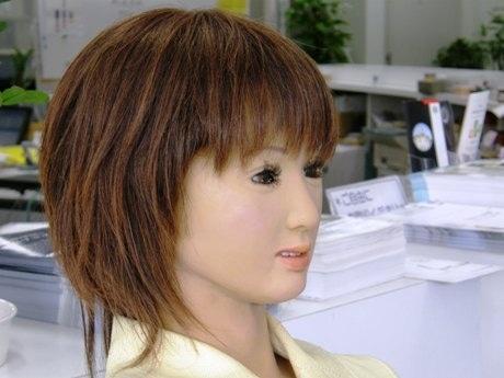 多彩な表情と受け答えをするロボット受付嬢「SAYA」