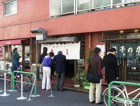 昼時には「3つの行列」ができることもあり、中には行列の短い店に移動する人の姿も。