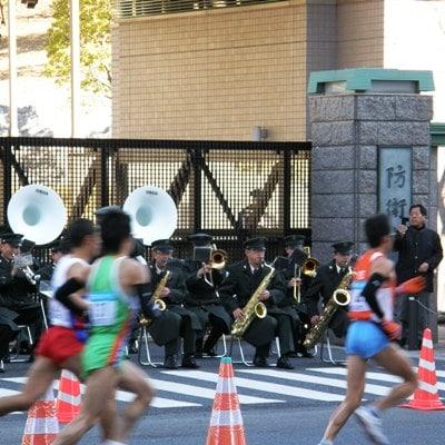 防衛省前で東京マラソンのランナーたちを応援演奏する陸上自衛隊第1音楽隊