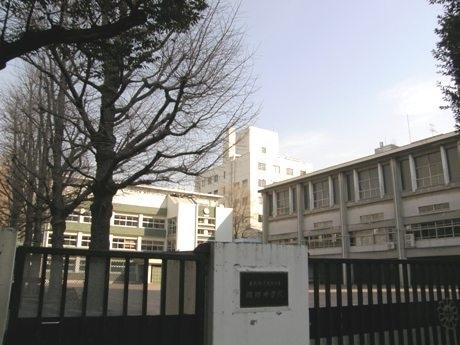 山手線の中心付近に位置する麹町中学校。「山手線の中心で何かを叫ぶ」なら平河町周辺で。