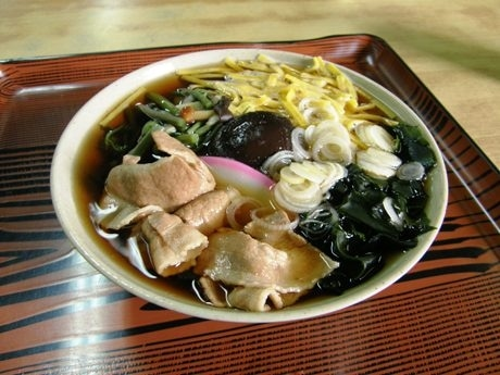 豚肉や錦糸卵など7種類の具が入った名物「靖国そば」