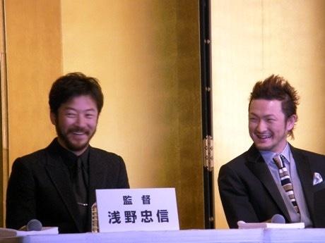 映画「R246 STORY」製作発表会見での浅野忠信さんと中村獅童さん。会場には300人を超える報道陣が集まった。