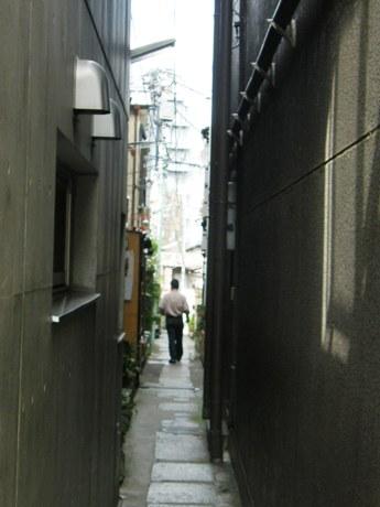 ひと1人がやっと通ることができる路地にも飲食店が存在する神楽坂エリア